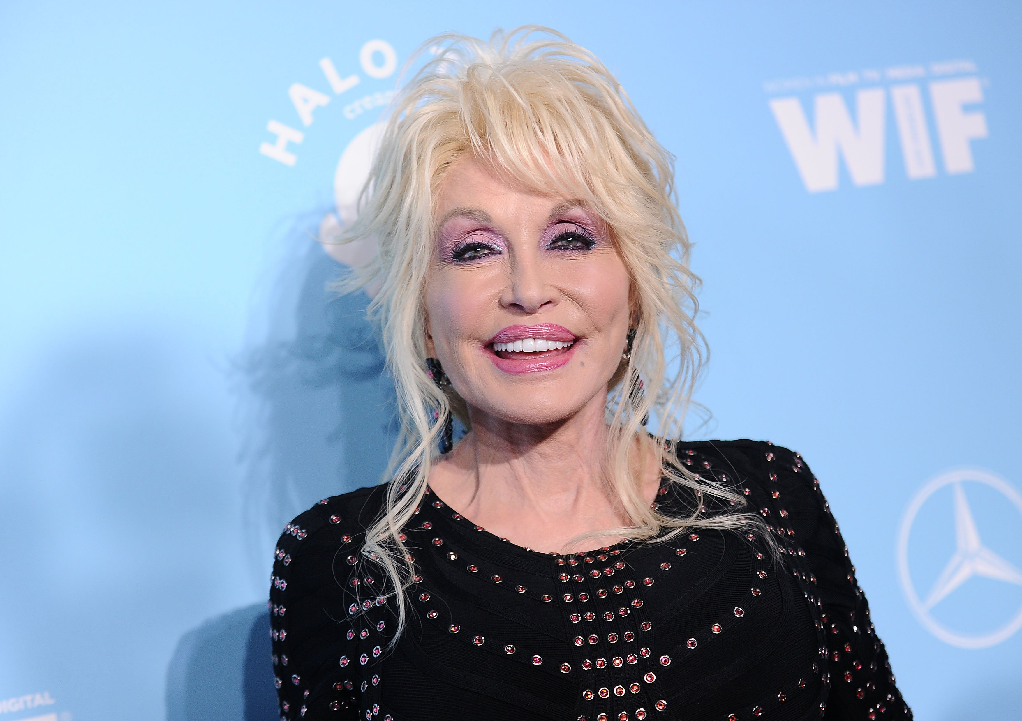 """In an interview Thursday with David Wright for ABC's """"Nightline,"""" country music icon Dolly Parton had to stand her ground when things took a political turn. Wrightbegan the interviewby bringing up Parton's role in the classic 1980's Hollywood film """"9 to 5,"""" suggesting President Donald Trump was similar to the sexist boss in the …"""