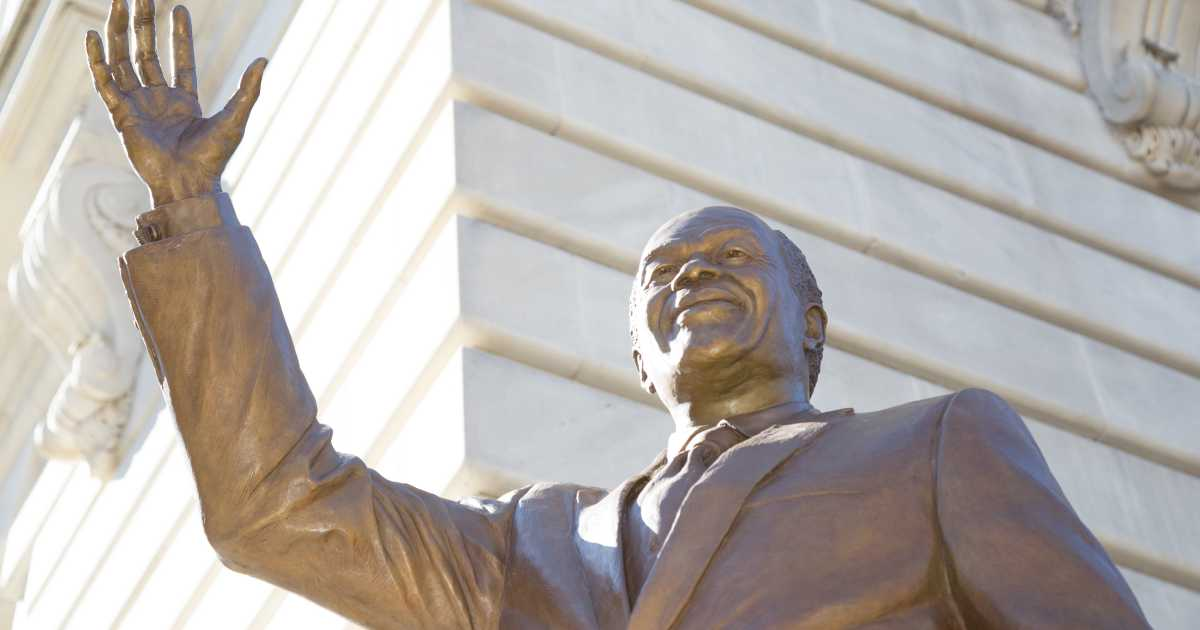 On Saturday, the D.C. Commission on the Arts and Humanities erected a bronze statue of controversial former Washington, D.C. Mayor Marion Barry just blocks away from the White House. Former Washington, D.C. mayor and city council member Marion Barry was busted in 1990 smoking crack cocaine with a former girlfriend in an FBI sting operation. …